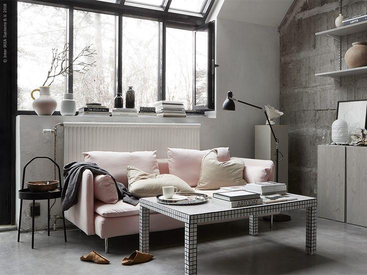 Dieses Wohnzimmer Haben Wir In Neutralen Farben Wie Weiß, Schwarz Und Grau  Gestaltet. Das SÖDERHAMN Sofa Mit Rosa Bezug Bringt Farbe In Den Raum.