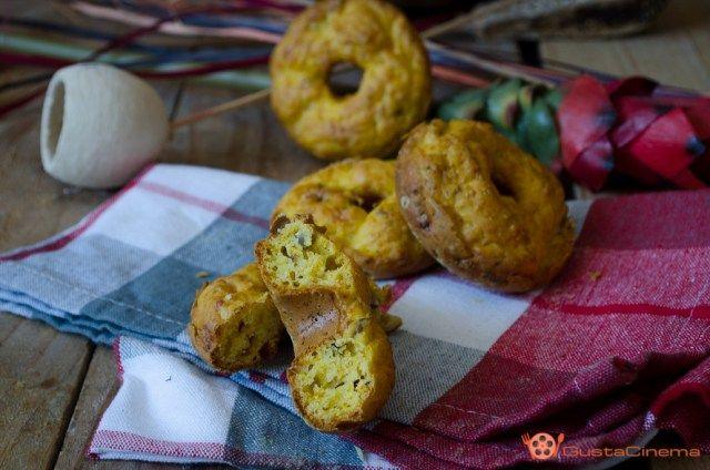 Ciambelline salate con zucca e parmigiano sono delle morbide e soffici ciambelle rustiche. Perfette per un aperitivo o buffet.