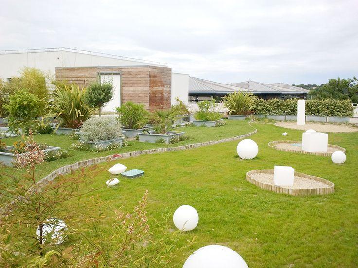 Toit terrasse paysager d'un immeuble sur Sophia Antipolis Côte d'azur. Nous avons réalisé les espaces verts sur un toit terrasse d'un immeuble. Nous avons mis en place les jardinières et les plantations. Nous avons mis en place  le drainage et l'arrosage automatique.