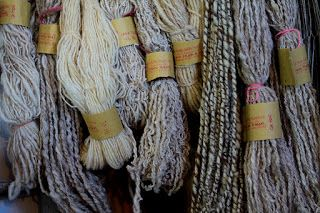Tessitura a mano di assunta perilli: Lana abruzzese filata a mano. La Fonte della tessi...