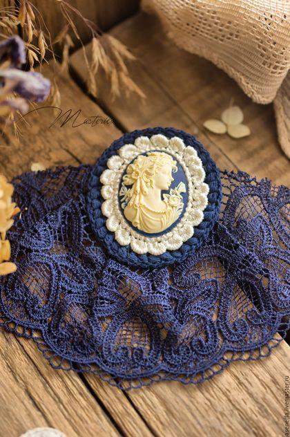 Купить или заказать Брошь-жабо 'Синее ретро' в интернет-магазине на Ярмарке Мастеров. Давно забытая, но не совсем ушедшая из моды, брошь в стиле жабо! Ее винтажный стиль, приглушенный синий цвет, романтическая камея, сливаясь в одно целое, создают красивое и неповторимое украшение! Прекрасно украсит простую, скромную блузку, превратив ее в выходную, нарядную вещь. А ее цвет подойдет для одежды офисного стиля. !!! Брошь идеально дополняет образ стильной школьницы!!!