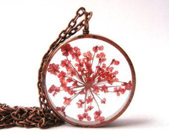 Bonito rojo de la Reina Ana cordón colgante - Real presionado flor en resina con bisel abierto tubo cobre detrás, presiona flores joyería