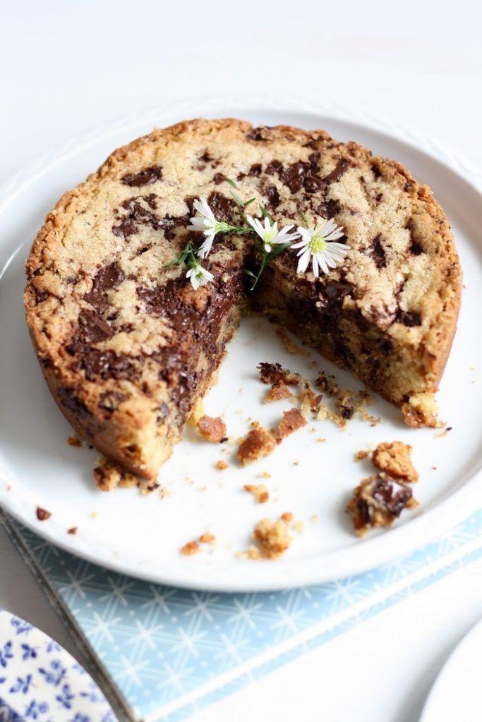 J'ai découvert via mes balades surPinterest: le «blondie».Un genre de gros cookie version gâteau, épais, une croûte dorée, croustillant à l'extérieur et un cœur moelleux. Attention addiction assurée, mes deux hommes m'en réclame un pour la fin de semaine ! Il vous faudra un petit moule pour les proportions de cette recette 18-20 cm de …
