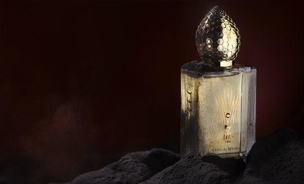 777 Khôl de Bahreïn EDP «Czerń makijażu»  Transparentny flakon otulony złotem, zawiera w sobie ciężką, zawiesistą kompozycję. Rodzina zapachowa: orientalno-drzewna