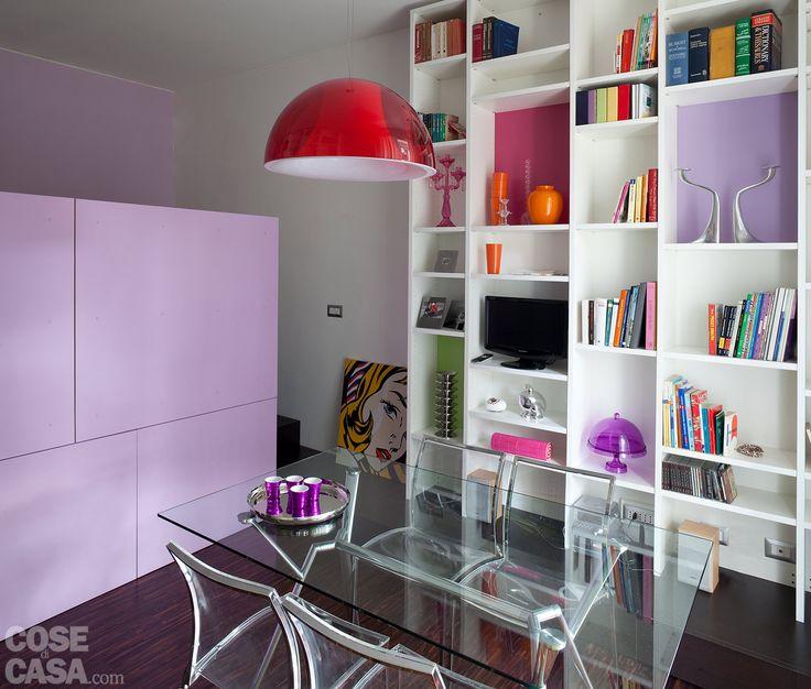 Ad ante chiuse, l'effetto è quello di una semplice parete; in salotto, invece, lo scaffale per i libri diventa un volume aggettante.La composizione della cucina si sviluppa sulle pareti libere, anche intorno alla finestra. Doppie file di pensili occupano poi tutta l'altezza