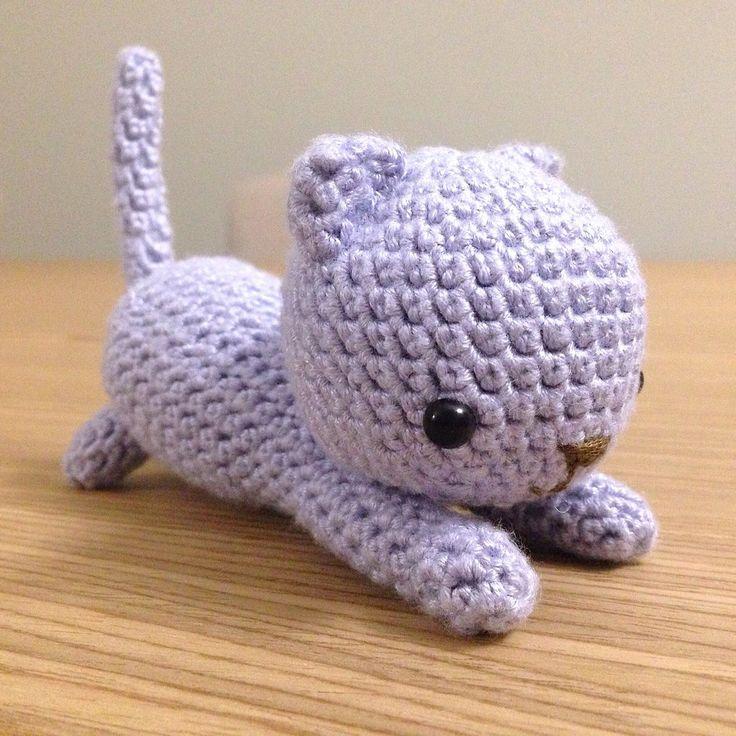Gatto giocherellone lilla amigurumi, fatto a mano all'uncinetto, by La piccola bottega della Creatività, 24,90 € su misshobby.com