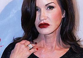1-Apr-2014 5:00 - VERLOOFDE JANICE DICKINSON MOET HAAR SCHULDEN BETALEN. Janice Dickinson heeft een schuld van ongeveer 300.000 dollar. Haar verloofde gaat de schuld afbetalen, omdat Dickinson niet genoeg geld heeft.