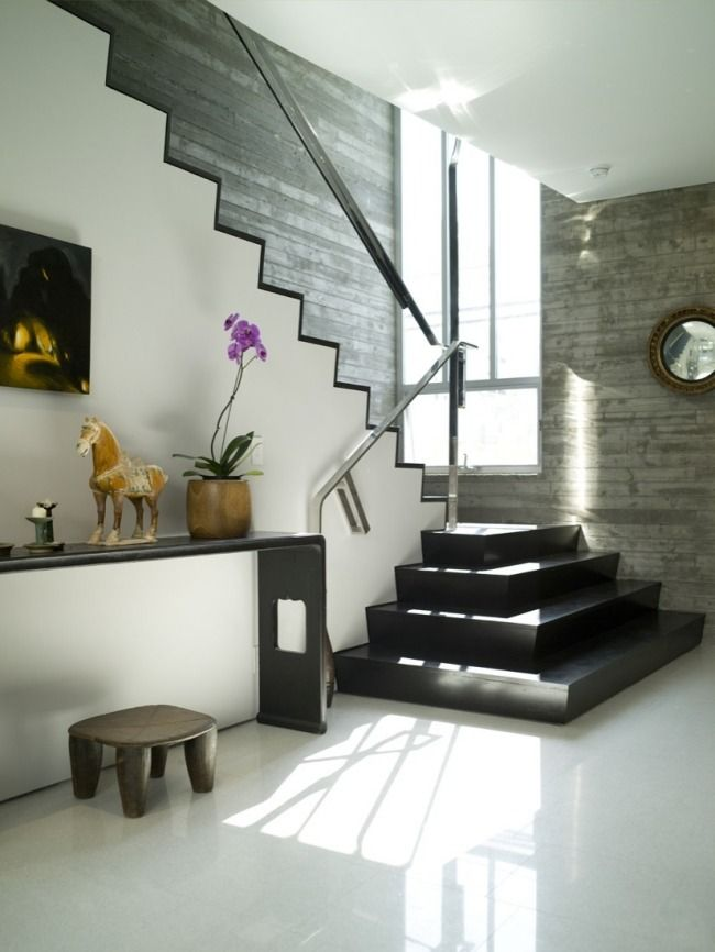 un escalier noir avec une rampe métallique