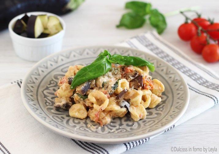 La ricetta delle Orecchiette con melanzane, pomodorini e ricotta. Un primo piatto veloce e gustosa con tutto il sapore della Puglia.