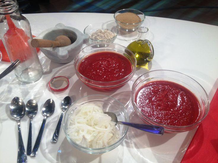 Il tomato Ketchup è un prodotto a base di pomodoro, aceto, zucchero, spezie. Fatto in casa è ancora più buono!