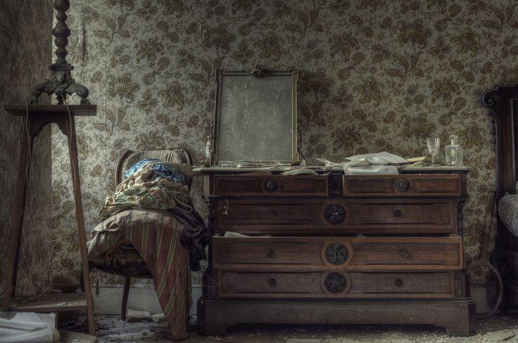 abandoned mansion bedroom decor