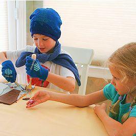 Schokoladen-Wettessen mit Handschuh, Messer und Gabel ... jedes Kind versucht ein Stück zu ergattern