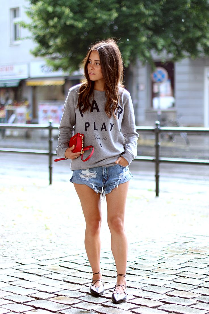 Nisi is wearing: Ripped denim shorts (or so called Denim Diaper), Lace-Up Flats alla Christy Flats from Aquazzura, grey sweater and a red Michael Kors bag