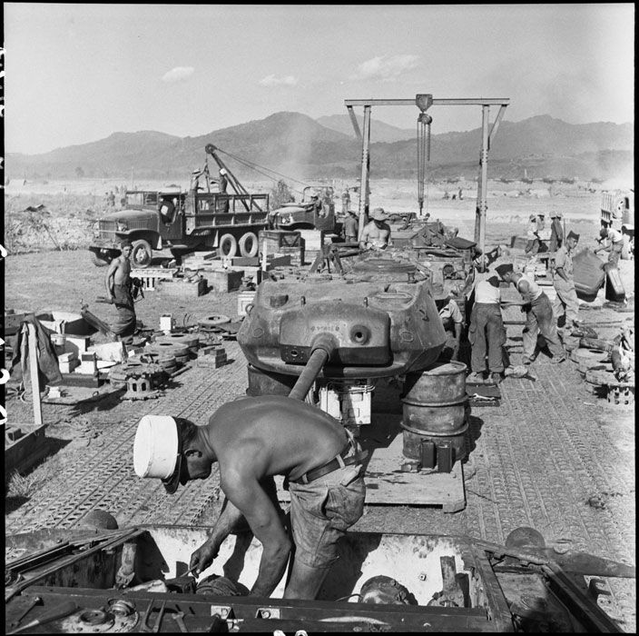 Montage des chars M24 Chaffee du 1er RCC par la 2e CREBLE après le parachutage en pièces détachées.