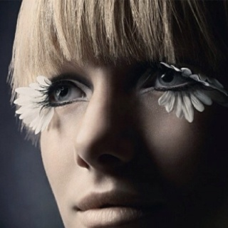 petal lashes: Fal Eyelashes, White Flowers, Fashion, David Slijper, Flowers Children, Makeup Artists, White Feathers, Petals Lashes, Daisies Eyelashes
