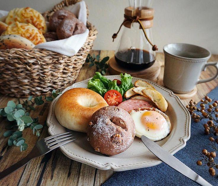 朝ごはん ・ ・ おはようございます。 ・ ・ いつかストーリーズにのせた手作りパンの朝ごはん。今朝じゃないですよ。 #今頃post ・ ・ 手作りパンを作ったら、その日のうちに食べない分は一つ一つラップに包み、ジップロックにいれて冷凍庫へ保管し、食べたいときに使ってます。 ・ ・ 太ったせいか、洋服の洗い方が悪いせいか、洋服の丈が短く感じます(笑)気づいたらお腹が冷えを感じることが多くなったので、腹巻をつけてます。 腹巻、バカにできません(笑) #腹巻バンザイ ・ ・ では、今日も寒いですが頑張りましょうね〜〜✨ ・ ・ #手作りパン#朝ごはん#朝ごパン#朝食#モーニング#ベーグル#デリスタグラマー#おうちごはんはじめ#ロカリ#クッキングラム#クッキングラムアンバサダー#今週もいただきます#デリミア#おうちカフェ #homemade#homemadebread#foodpic#foodstyling#igersjp#lin_stagrammer#breakfast#w7style#instagramjapan#foodie#bagel