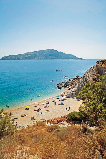 Η παραλία ΚΑΠΕ μεσοβδόμαδα. Τα σαββατοκύριακα επικρατεί  το αδιαχώρητο, αλλά ποιος δεν θέλει να «βαπτιστεί» σε τέτοια νερά;