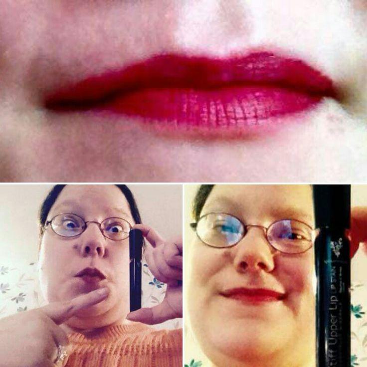 Unser kussechter, Moodstruck Stiff Upper Lip Lipstain ist der Hammer.  Wo bekommt man ihn?  https://www.youniqueproducts.com/Caredream/business  Tragen Sie nicht irgendwas. Tragen Sie Younique.
