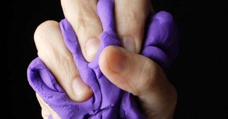 """Como amolecer Super Sculpey. Super Sculpey é um polímero de argila para modelagem usado na criação de esculturas. Para torná-lo mais eficaz, ele precisa ser amolecido ou """"condicionado"""". Este é um processo que exige um trabalho por parte do artista para obter a consistência certa para a argila. Condicionar o Sculpey Super antes de esculpir o tornará mais flexível e mais forte ..."""