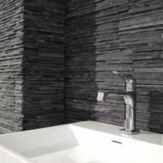 Natuursteen als accent op de wand van uw badkamer. en haard?