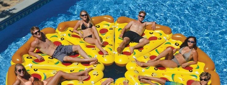 """Ich persönlich kenne die Serie """"Silicon Valley"""" (noch) nicht, aber offenbar schwimmen da ganz coole Luftmatratzen im Pool herum. Die Pizza Luftmatratze gibt es bei Amazon US als komplette Pool Pizza oder hierzulande auch als Slice…"""
