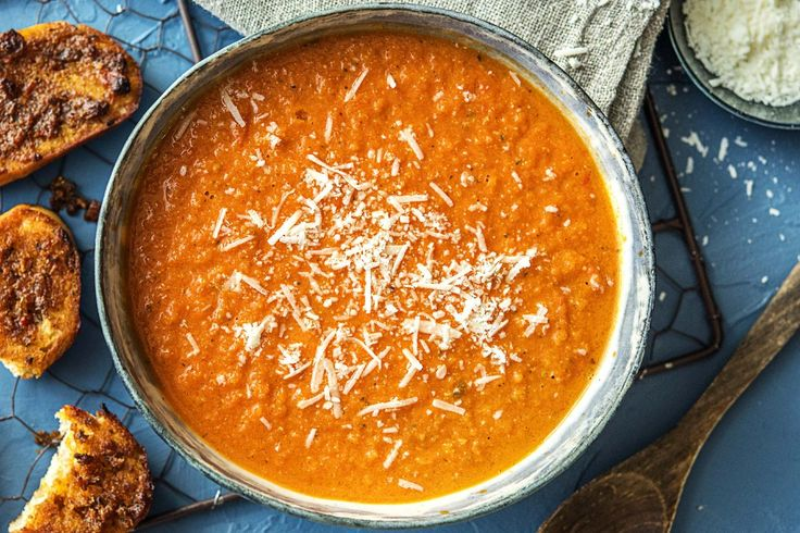 Tomatensoep met paprikapesto-bruschette, wortel en grana padano Recept | HelloFresh