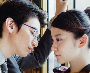 「クローバー」内で、武井咲と大倉忠義。ドラマの中の壁ドン特集