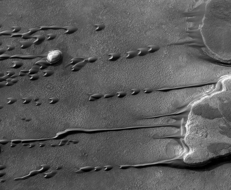 Dunas de arena marcianas que fluyen  por Image Créditos: HiRISE,MRO,LPL (U. Arizona),NASA