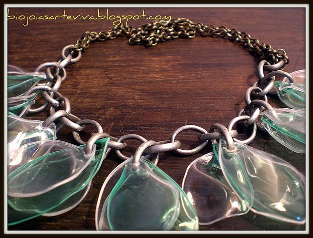 Colar em garrafas pet verde e transparente em corrente.pet
