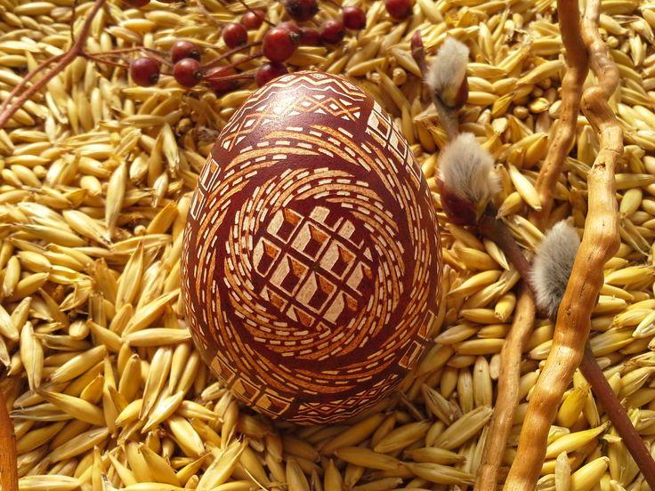 Pisanka drapana-kraszanka wykonana na wydmuszce jaja kurzego