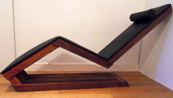 Handgemaakte houten chaise longue, van fsc gecertificeerd teakhout, afgewerkt met een biobased olie (een mix van tung en lijnzaadolie). De stoel is geïnspireerd door de zigzagstoel van Rietveld. Je kunt deze stoel bestellen met een zwart leren loper. Zowel de stoel als de loper zijn handgemaakt in Delft.  We kunnen meubilair op maat voor u maken, geïnspireerd door deze stoel of door een ander meubel in onze collectie, maar ook geïnspireerd door jouw wensen. Aarzel niet om contact met ons op…