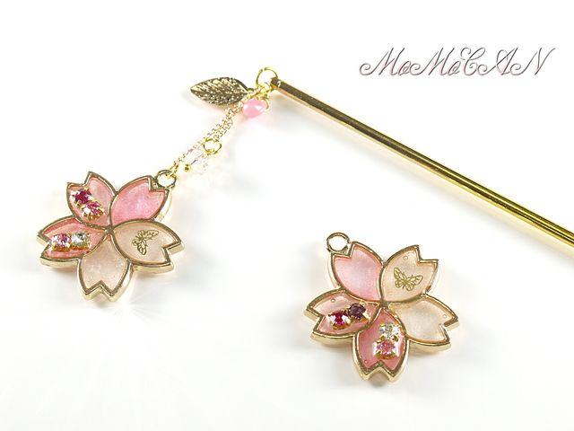 桜の1本かんざしです。ほんのり色付いた花びらがとても綺麗です。桜の花言葉ご存知ですか♪「優れた美人(優美な女性)・純潔(心の美しさ)・精神美」一つ一つレジンで色付け作業をするため、画像と色合いが少し違う場合もございます。ガラスストーンは赤、ピンク、白系か...