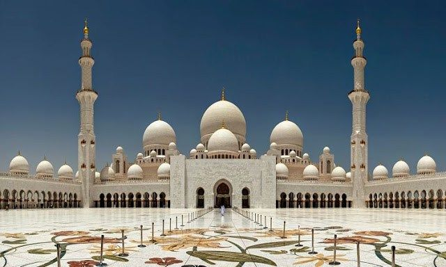 Mezquita Sheikh Zayed                  La mezquita Sheikh Zayed es una mezquita situada en Abu Dabi, en losEmiratos Árabes Unidos. Su nombre hace honor al primer presidente de los Emiratos Árabes Unidos, Zayed ibn Sultán Al Nahayan, que falleció en2004. El proyecto se inició en 1998 por iniciativa del propio Sheikh Zayed.La construcción terminó en 2007, después de siete años de construcción y un coste de 600 millones de dólares. Es la mayor mezquita de los EAU y la tercera más grande del…