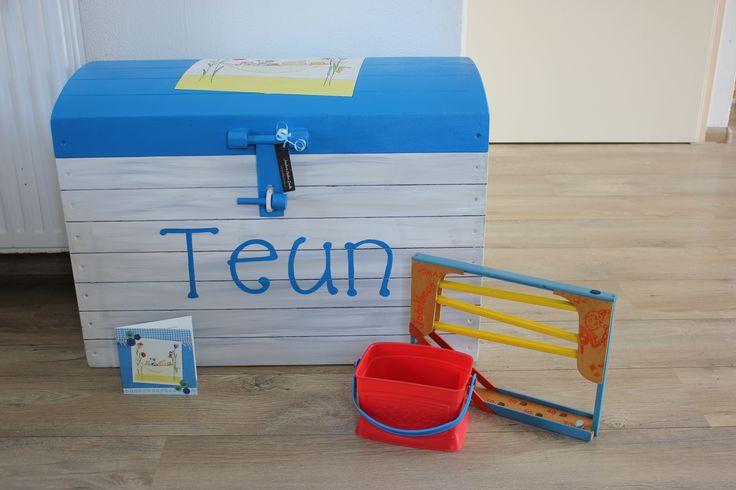 Deze speelgoedkist heb ik naar wens beschilderd met een houtlook & elementen uit het geboortekaartje. Door Jessika's Atelier.