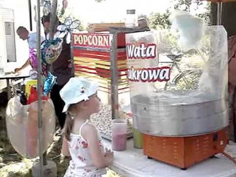 Wata cukrowa, popcorn, balony na festynie.