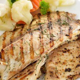 Quali proteine | Donna Moderna Pesce superstar  La dieta del limone prevede proteine ogni giorno, ma scelte con cura. A essere presenti nel menu sono pesce (soprattutto salmone), pollo e formaggio magro in piccole quantità. Oltre, ovviamente, alle proteine vegetali dei legumi.  Il pesce è protagonista di cene sfiziose ma anche di pranzi veloci e appagantI: costituiti, per esempio, da pane integrale con salmone affumicato. Perchè proprio il salmone e il pesce azzurro (sgombro, alici)? Perchè…