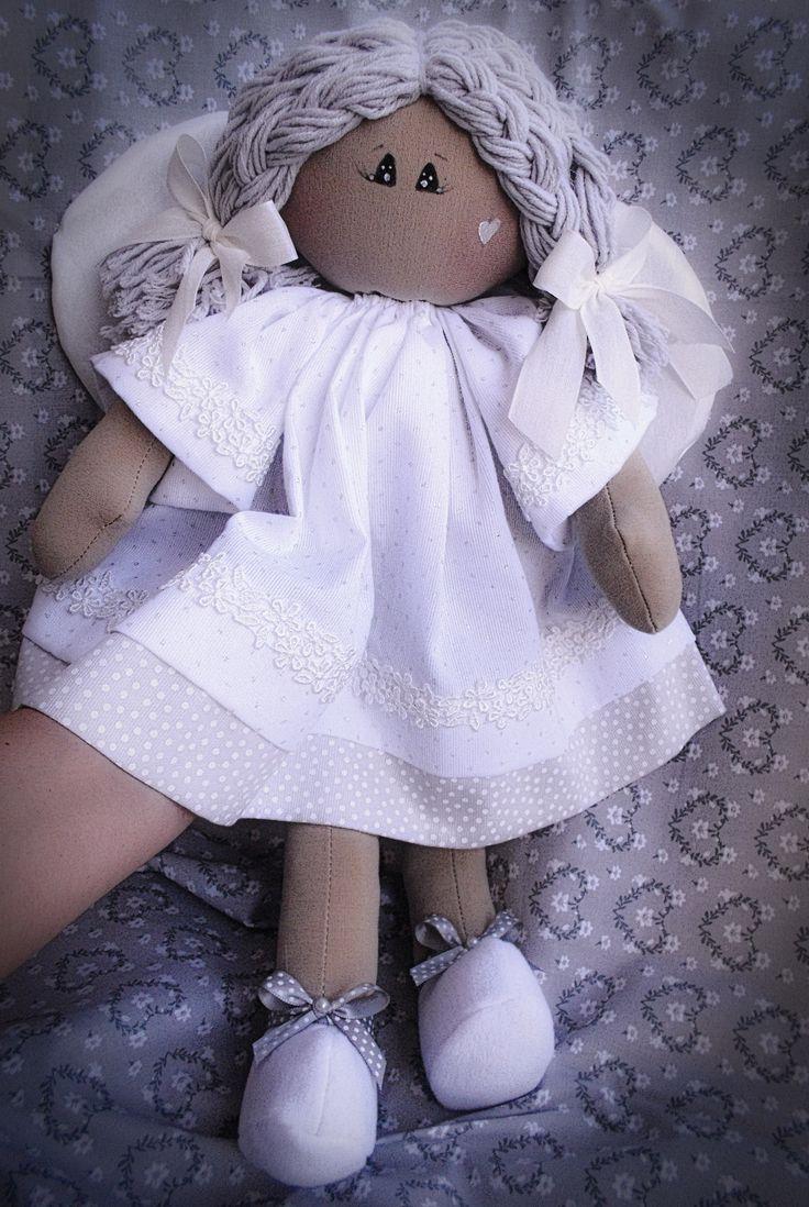 Un angelo bianco e puro fatto a mano con ali in seta.