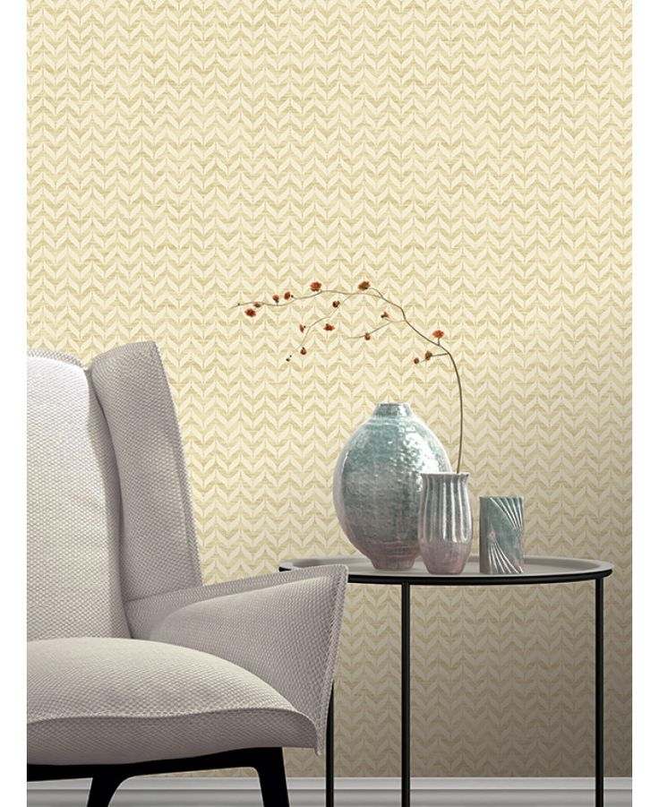 This Incanto Leaf Geometric Wallpaper in gold and cream features a geometric leaf pattern with contrasting finishes and glitter and metallic elements. Free UK delivery available