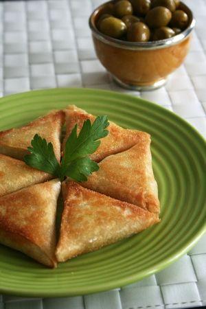 bricks poulet olives comme entrée marocaine avec la salsa épicée en accompagnement