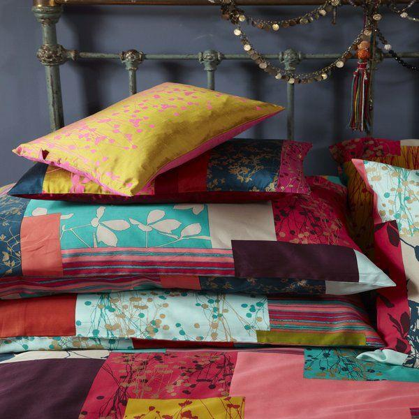 un couvre lit patchwork, élméments floraux