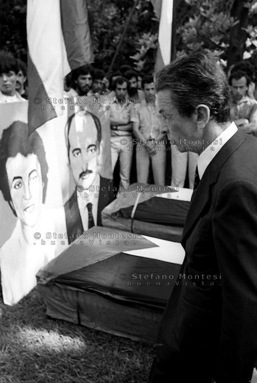 Roma 17 Giugno 1982 . Hussein #Kamal, dirigente dell'Olp in Italia, viene ucciso a Roma. A poche ore di distanza viene ucciso un altro palestinese Nazeyk #Matar. Il Giorno dei funerali con il corteo funebre aperto con i ritratti degli uccisi.Enrico #Berlinguer segretario del Partito #Comunista italiano partecipa al funerale.