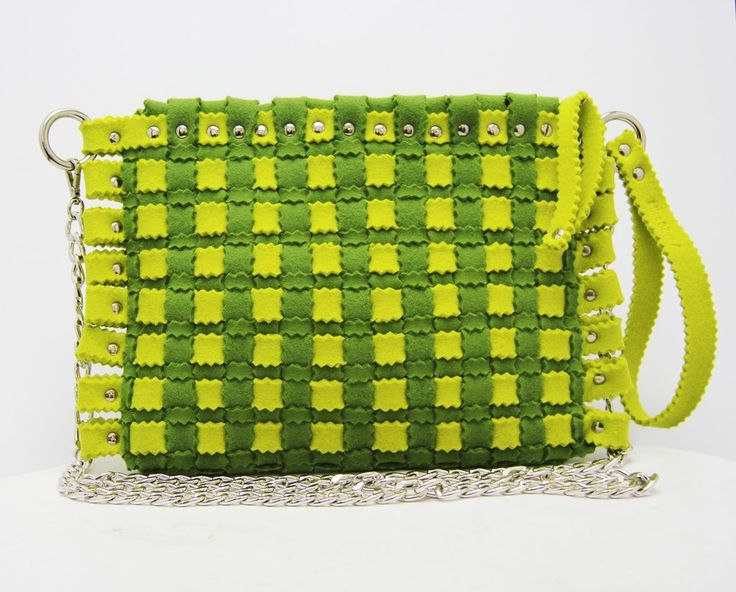 Fashion felt bag in a lemon colour, with a silver chain. The perfect woman bag for your summer. Discovery it: feltrando.com.