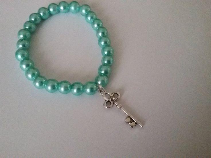 Bracciale con perle verde acqua e ciondolo a chiave, by Roba Da Donne Accessori, 3,00 € su misshobby.com