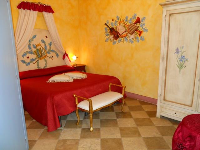 L'agriturismo romantico Taverna di Bibbiano è il luogo ideale per il tuo weekend romantico in Toscana. Nella foto, la Camera Iris.. camere e suite di charme e un ristorante romantico con vista panoramica per il vostro weekend romantico in Toscana più indimenticabile