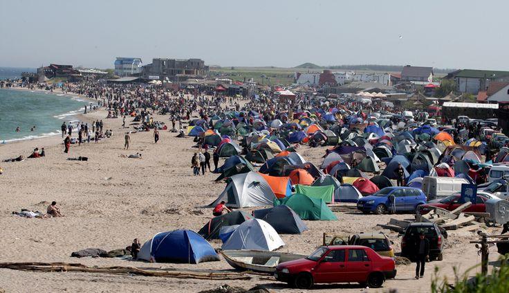 Tinerii sărbatoresc deschiderea sezonului estival pe plaja din Vama Veche, joi, 1 mai 2008. (  Cristi Cimpoeş / Mediafax Foto  ) - See more at: http://zoom.mediafax.ro/people/1-mai-10828245#sthash.uIkb6WOJ.dpuf