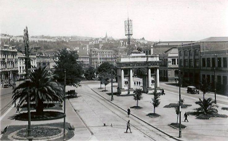 Una descongestionada Avenida Brasil de Valparaíso y el Arco Británico alrededor de 1930. Postal de Curphey y Jofre.