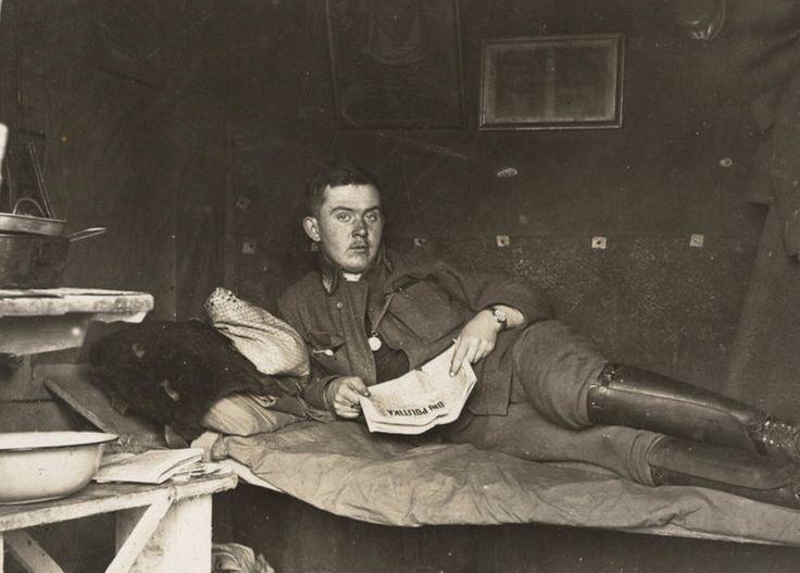 Austro-węgierski żołnierz w bunkrze w nieznanej lokalizacji, 1916 rok