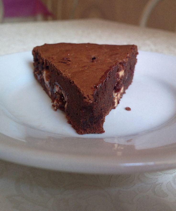 quando l'ho tolta la torta milka brownie aveva un profumino, la consistenza era perfetta, soffice dentro con la crosticina sopra, i bottonicini erano semifusi ma si potevano ancora notare in superficie, e quando ho tagliato una fetta, sopresa!!!  si potevano vedere i quadratini con il ripieno di cioccolato bianco e il caramello tutto fuso che colava.  da mangiare in 3-2-1 secondi.  ci sono solo 5 etti di cioccolato, ma tanto l'estate è finita! giusto?