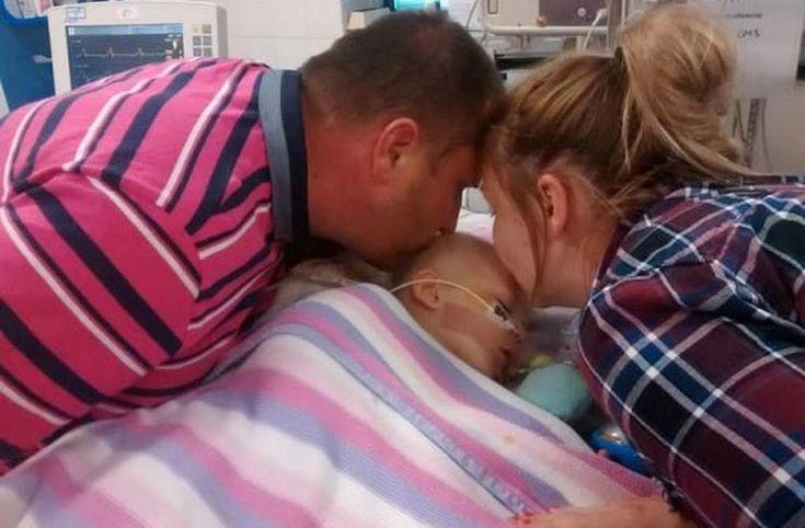Μαμά και μπαμπάς αποχαιρετούσαν για πάντα την κόρη τους. Όταν ξαφνικά ένιωσαν κάτι στα χέρια τους