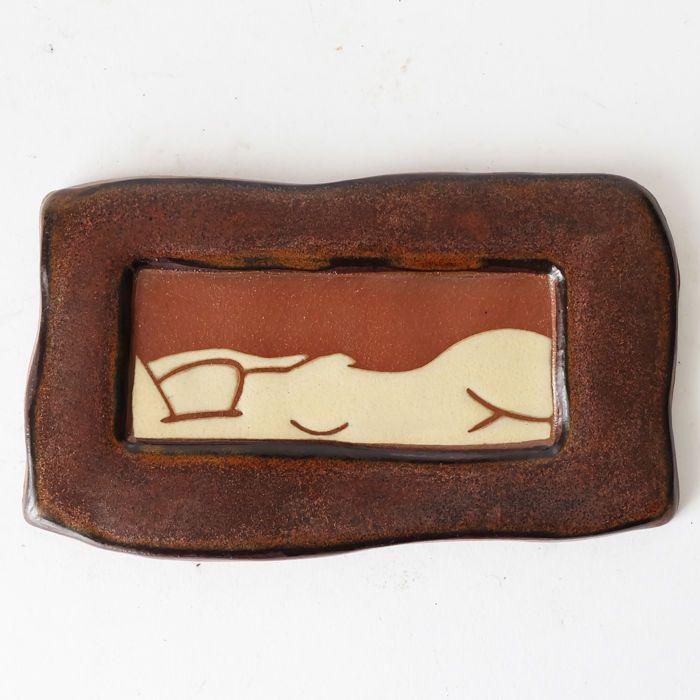 Marina Bosetti - eroric keramische tegels met een naakt dame  Marina Bosetti.Erotische keramische tegels.Gemarkeerd.In een goede conditie.20x12cm.Sinds zijn afstuderen aan het Pratt Instituut met een BFA in de beeldhouwkunst in 1982 heeft Marina Bosetti haar leven gewijd aan de raffinage van haar relatie met klei. Ondanks een progressie van beeldhouwen tot aardewerk naar kunst tegel heeft Marina's werk consequent de abstracte sensuele en spirituele aspecten van leven gedistilleerd in…